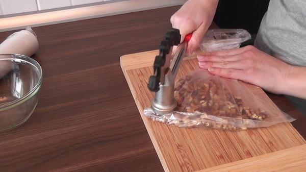 Измельчить орехи.