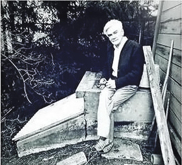 Рикард Линдстрём возле своего компостирующего туалета. Фото сайта clivusmultrum.eu