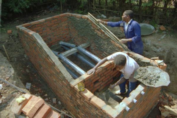 Строительство бункера туалета и устройство каналов воздуховодов. Фото сайта athene.geo.univie.ac.at