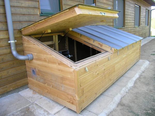 Вариант размещения резервуара компостирующего туалета с доступом со стороны улицы. Фото сайта http://www.websadovod.ru