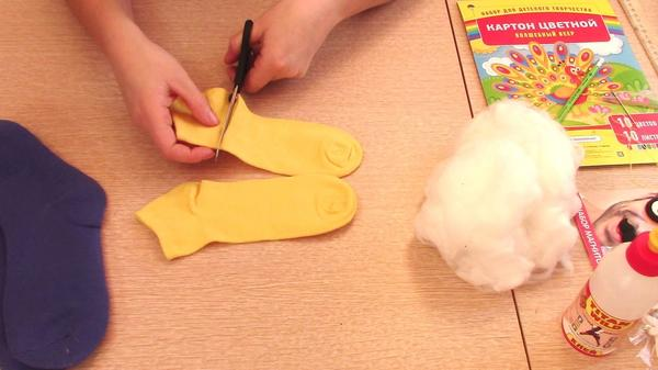 Отрезаем часть жёлтого носка