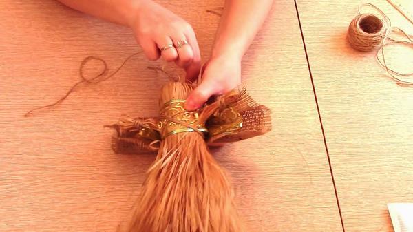 Прикрепляем крылья с помощью шпагата