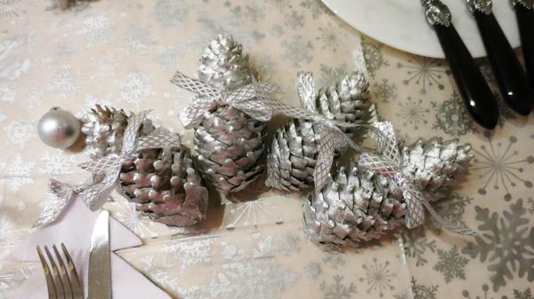 Серебристые шишки для декорирования праздничного стола