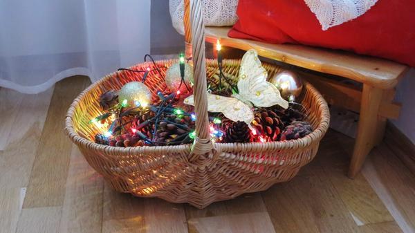 Корзина с шишками и гирляндой станет романтичной новогодней подсветкой