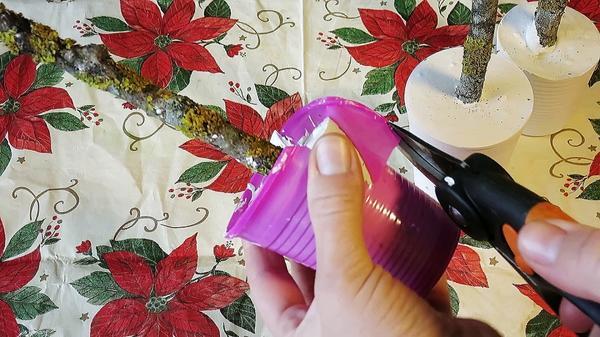 Пластиковый стаканчик снимаем с помощью секатора