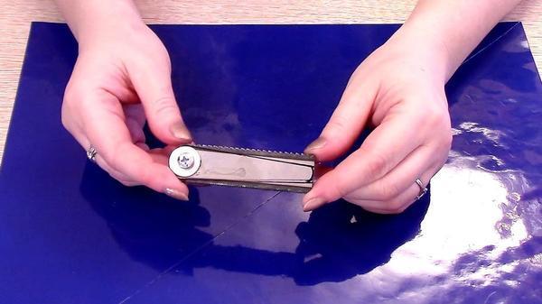 Из заготовок вырезаем ножи