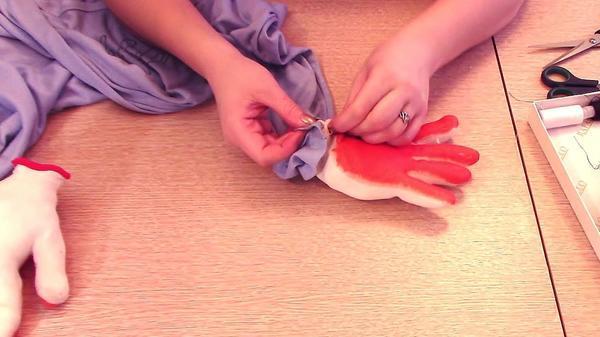 Пришиваем перчатки к рукавам