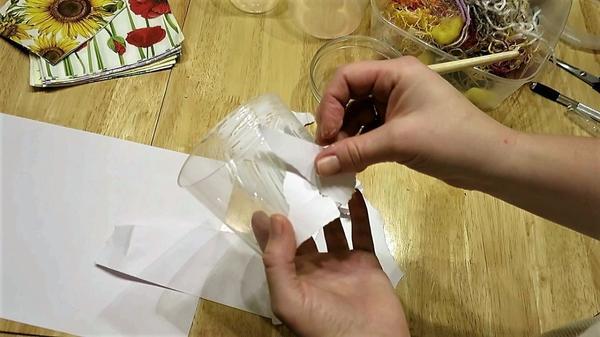 Наклеиваем обрывки бумаги