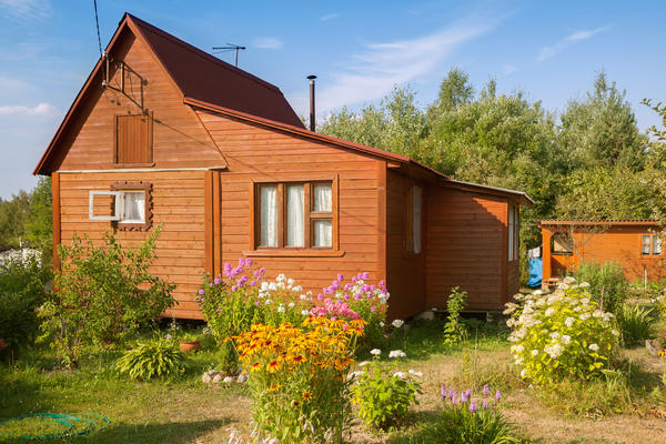 Типичный дачный участок с жилым домом и надворными постройками