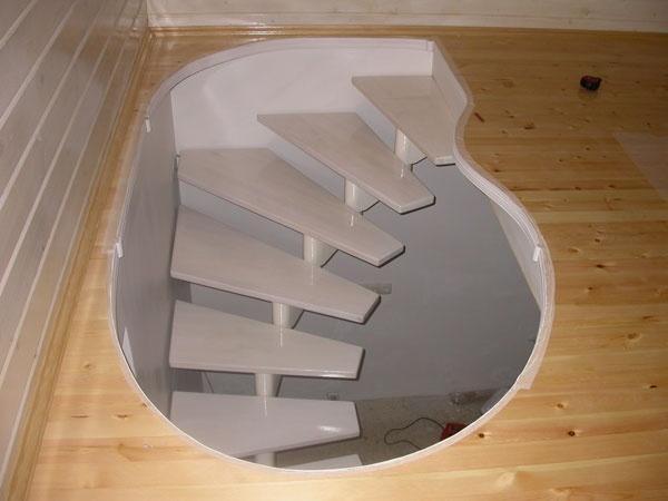 Вполне безопасная лестница в подвал с удобными не крутыми ступеньками. Фото с сайта pinme.ru