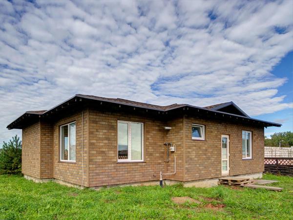 Летний домик с отделкой фасадной плиткой HAUBERK. Фото с сайта tn-hauberk.ru