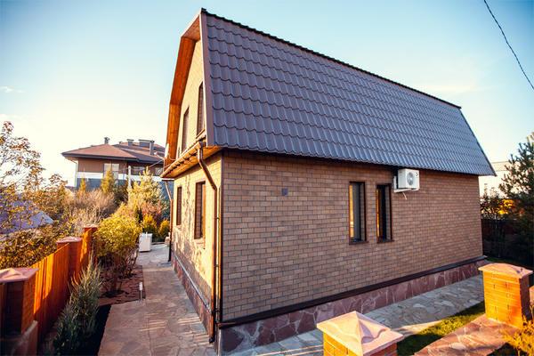 Дачный домик, отделанный фасадной плиткой HAUBERK. Фото с сайта tn-hauberk.ru