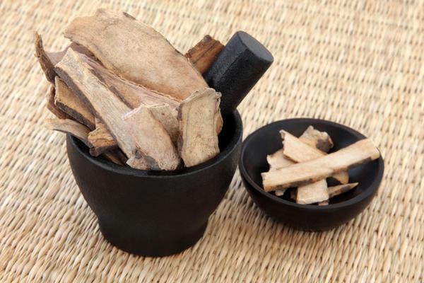 В лечебных целях употребляют корни пиона