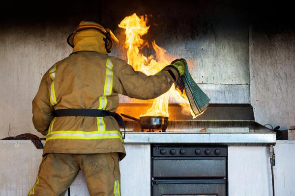 Уберите легковоспламеняющиеся предметы от открытого огня