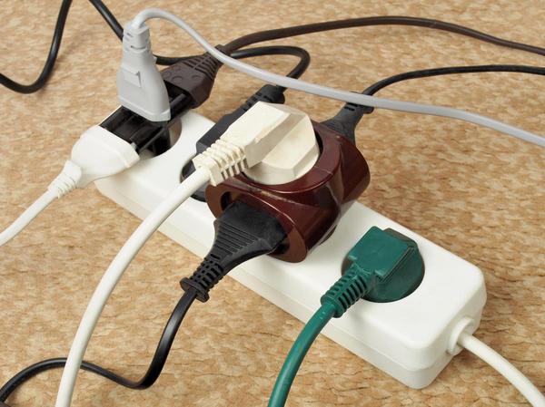 Не перегружайте электрическую розетку