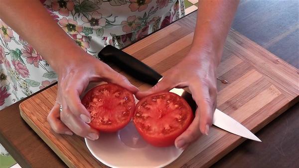 Плоскоокруглые плоды удобнее разрезать по экватору