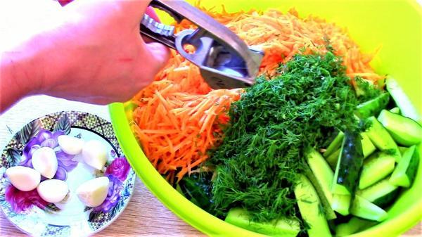 Морковь, зелень и чеснок добавляем к огурцам