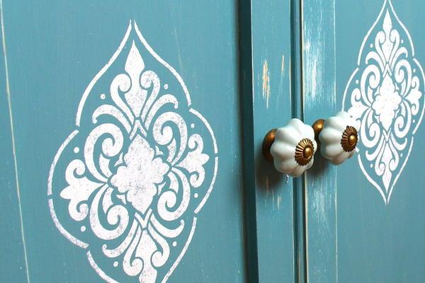 Трафаретный рисунок на дверцах шкафа. Фото с сайта atap.co