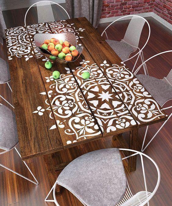 Стол с росписью по трафарету. Фото с сайта es.pinterest.com
