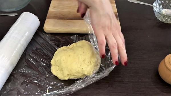 Убираем тесто в холодильник на 1 час