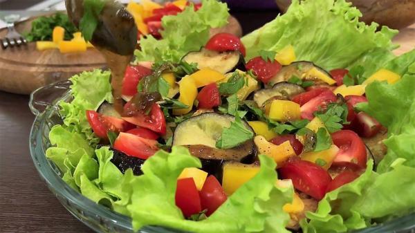 Первый слой овощей поливаем соусом