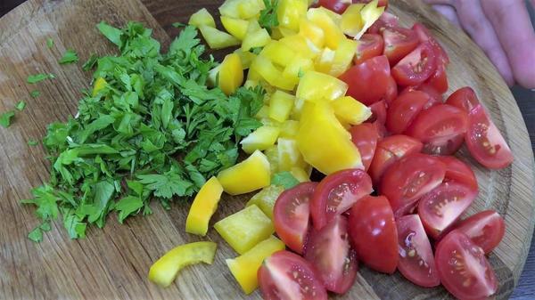 Подготовленные помидоры, перец и петрушка