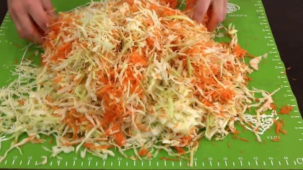 Перемешиваем капусту и морковь