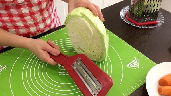 Нарезать капусту удобно шинковкой