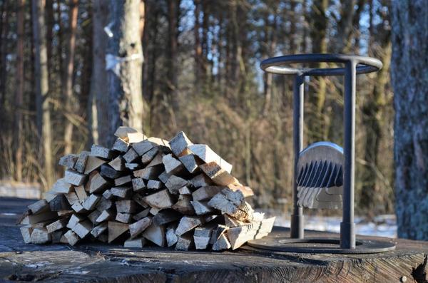 Небольшое приспособление, которое превращает подготовку дров в развлечение