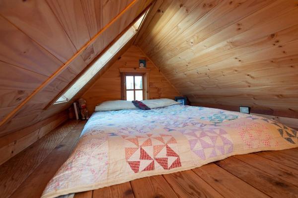 Бюджетный вариант спальни под крышей. Фото с сайта Lestnitsygid.ru