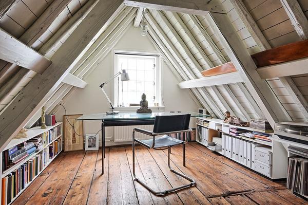Чердак может стать кабинетом. Фото с сайта decor.cloud