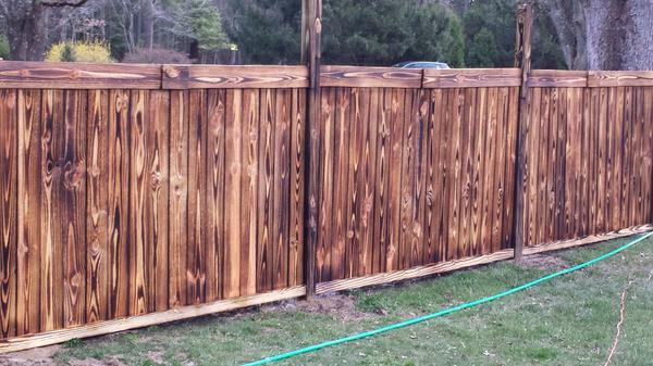Забор из обожжённой древесины. Фото с сайта oilobit.com