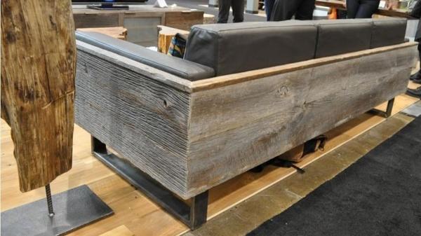 Сочетание старых досок и современной модели дивана. Фото с сайта mebelica.ru