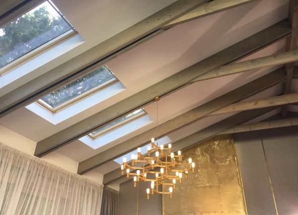 Помещения с мансардными окнами, направленными в небо, открывают большой простор для творчества дизайнеров