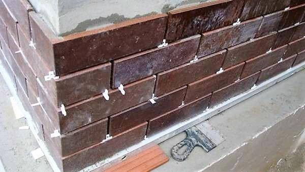 Укладка фасадной плитки. Фото с сайта stroisovety.org