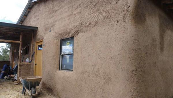 Современный дом, оштукатуренный глиняным раствором. Фото с сайта pajaconstruction.com