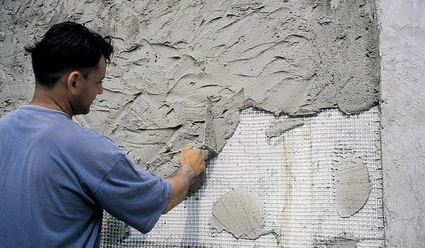 Нанесение цементно-известковой штукатурки. Фото с сайта vidyotdelki.ru
