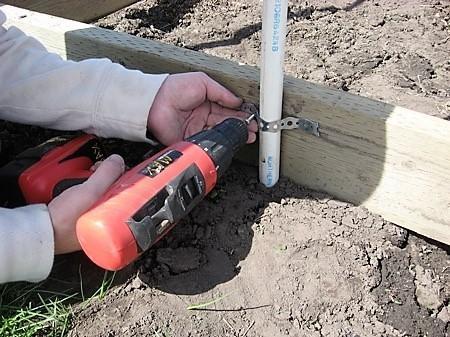 Закрепляем трубы металлическими петлями. Фото с сайта oteplicah.com