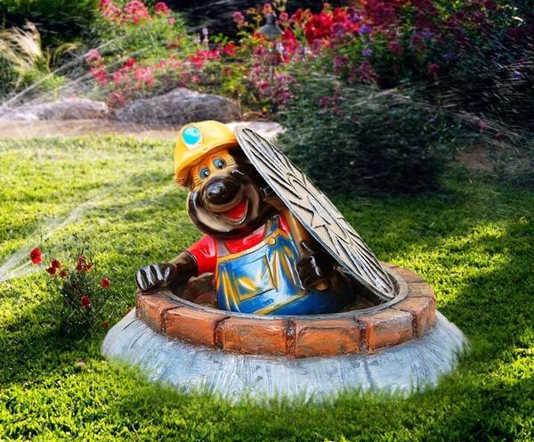 Крот-сантехник. Декоративная крышка люка. Фото с сайта reklam.ru