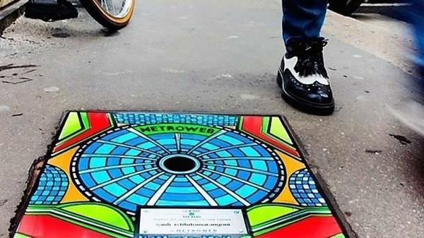 Один из дизайнерских канализационных люков на улице Милана. Фото с сайта pptart.net
