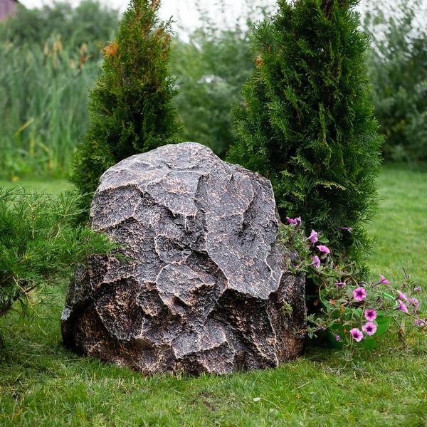 Камень-колпак может отлично вписаться в дизайн ландшафта участка. Фото с сайта hitsad.ru