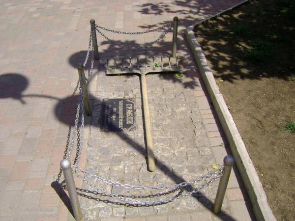 Памятник граблям в Бердянске. Фото с сайта shukach.com