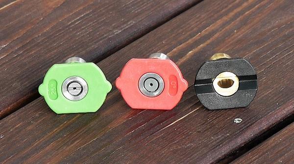 В комплекте 3 конечные насадки: красная 0 градусов, зелёная 25 градусов и чёрная для пены