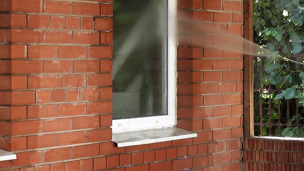 Моем окна хозяйственной постройки