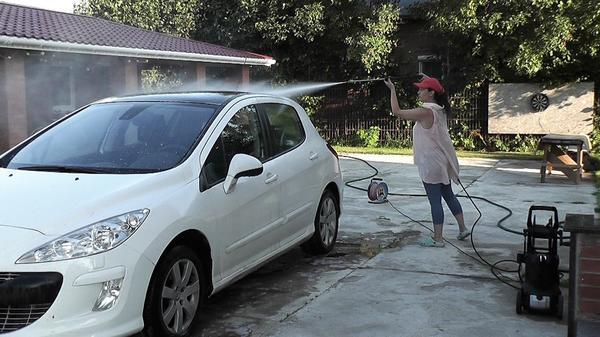 Классическое применение мойки высокого давления - мытьё машины