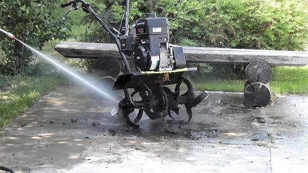 Даже засохшая грязь легко смылась с фрезы культиватора