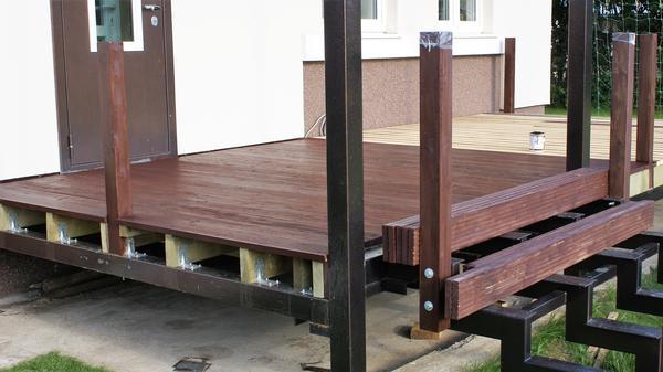 Столбики ограждения лестницы крепятся с помощью болтов. Фото автора