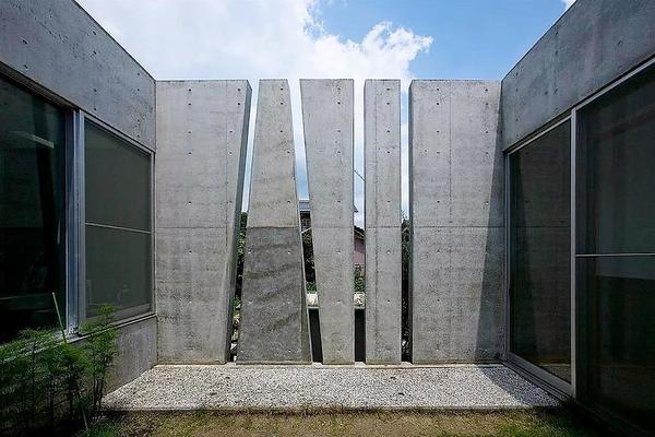 Ограждение участка в доме Slit house, Япония. Архитектурное бюро Eastern Design Office, Токио. Фото с сайта easterndesignoffice.com