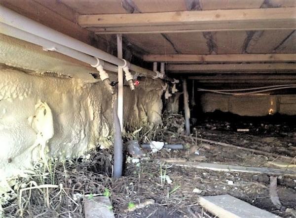 Утепление цоколя дома на винтовых сваях напыляемой полиуретановой пеной. Фото с сайта stroyday.ru