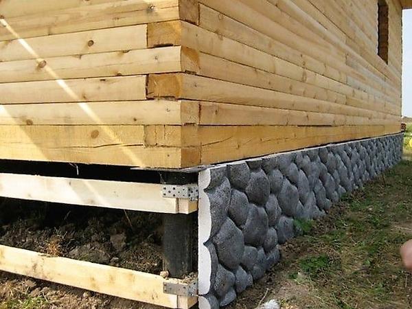 Тёплые декоративные панели для цоколя. Фото с сайта stroyday.ru